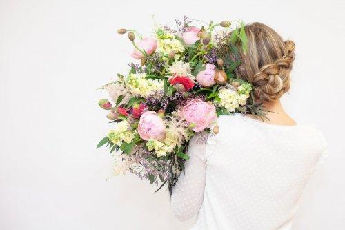 Bouquet de fleurs de dos